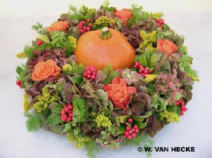 Bloemschikken, Pompoen, pompoenen, uithollen, vruchten, herfst, kleuren, herfstkleuren, bloemstuk, bestellen, kopen, verzenden