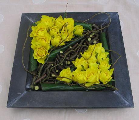 Bloemschikken met rozen in een vierkant recipiënt: strak bloemstuk met rozen