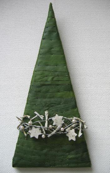 Een moderne kerstboom knutselen; een decoratief kerststuk voor in de huiskamer