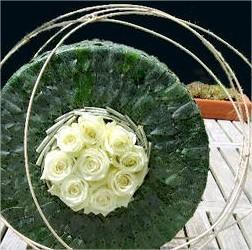 Een feestelijke floristieke taart maken als bladapplicatie en opvullen met rozen