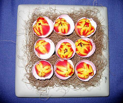 Paasnest met gevulde eieren met tulpen