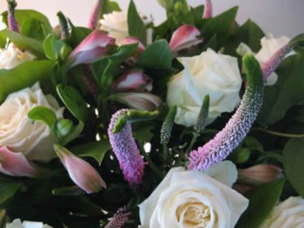 Boeket met basis materialen, bloemschikken boeket maken bloemschikmaterialen en accenten in bloemstuk leggen