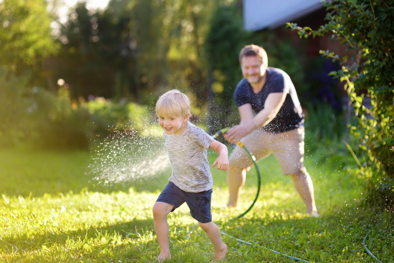 tuinonderhoud half mei, bloemen planten na ijsheiligen, struiken snoeien in mei, hagen snoeien en planten