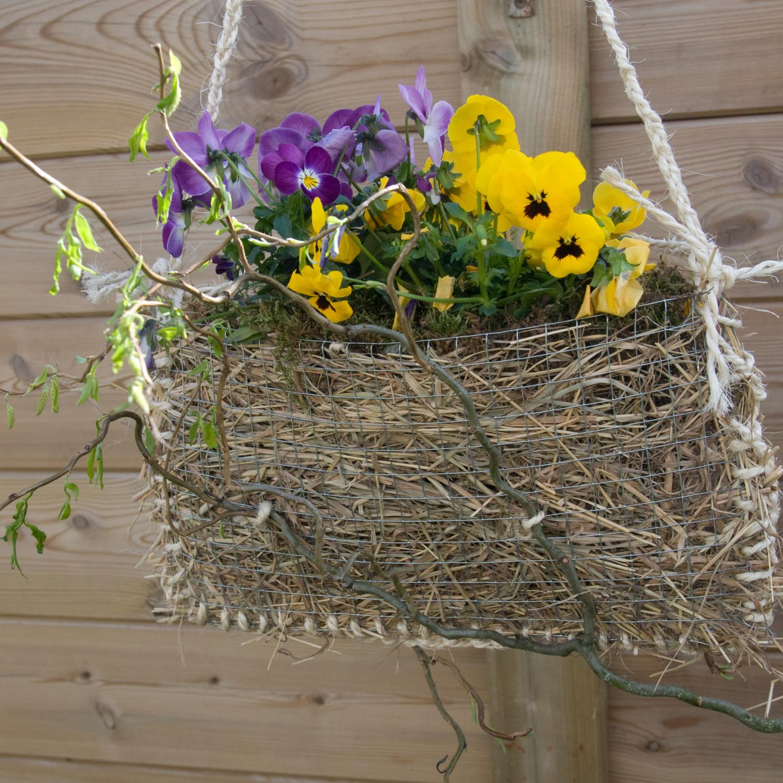 Gevulde lentemandjes, bloemschikken met viooltjes, lentemandje bloemschikken, bloemen verwerken in bloemstuk