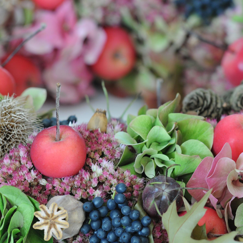 Decoratieve herfstschaal - bloemschikken najaarskrans