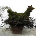 Bloemschikken: Een bloemstuk voor Pasen; een kip van mos