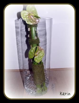 afgewerkt bloemstuk als boeket in een doorzichtige vaas