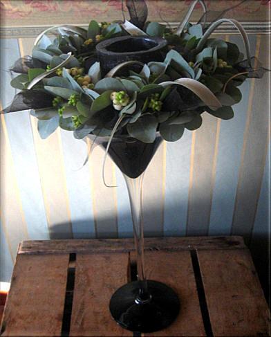 bloemschikken najaar: krans met eucalyptus op vaas
