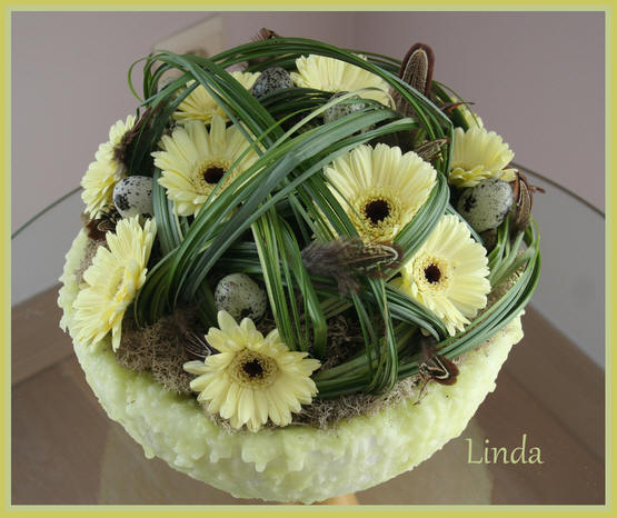 bloemstuk lente of voorjaar kan ook als paasstuk dienen