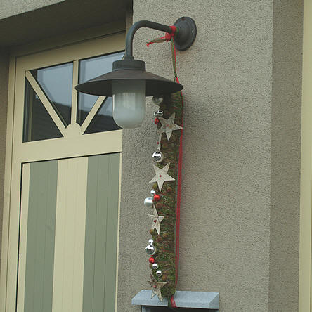 mooie guirlande siert de voordeur rond Kerst en Nieuwjaar