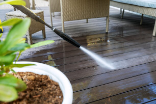 Houten terras reinigen met een hogedrukreiniger.