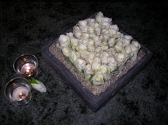 bloemstuk maken met witte rozen: niet zo moeilijk, maar toch heel mooi