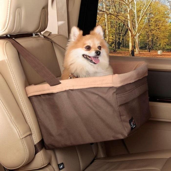 Autostoel M hond met uitzicht naar buiten