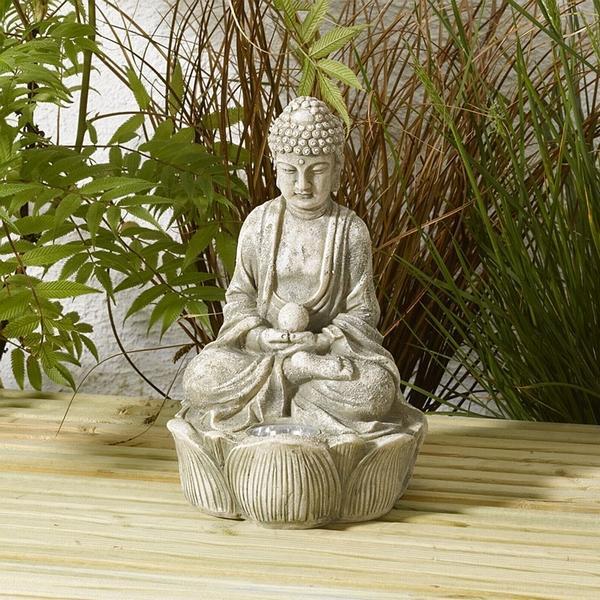 Boeddha zen met verlichting op zonneenergie