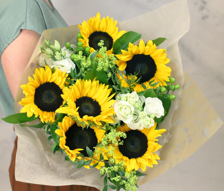 Boeket Heleen large gebonden zonnebloemen geelwit