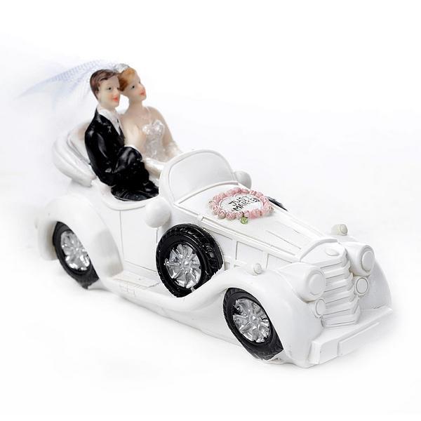 Bruidspaar in oldtimer trouwdeco