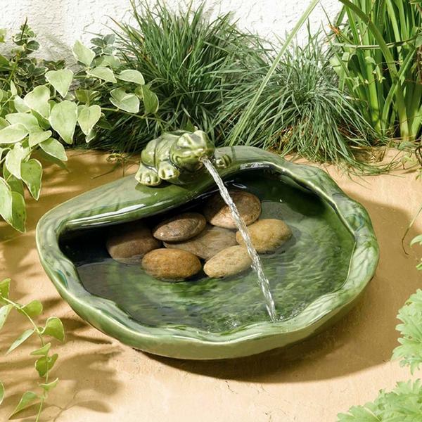 Fontein met kikker in keramiek op zonneenergiegroen