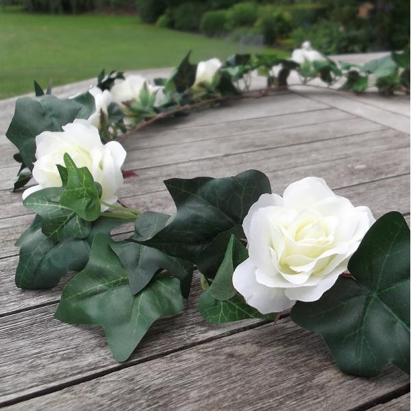 Klimopguirlande met witte rozen
