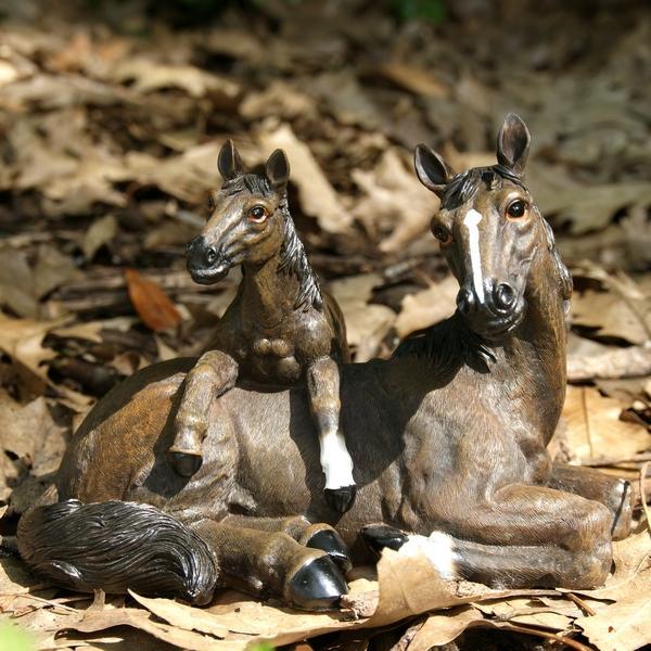 Liggend paard met veulenlevensecht