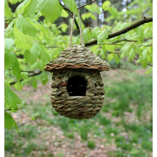 Nestbuidel in riet rond dakje