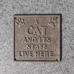 Muurplaat: A cat and its staff live here