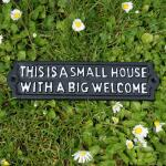 Muurspreuk: This is a small house with a big welcome