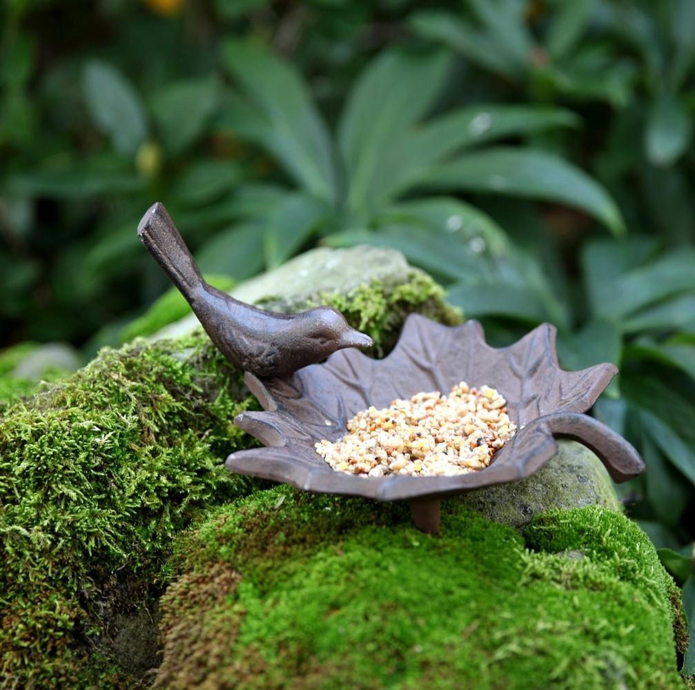 Vogelbad gietijzervogel op blad
