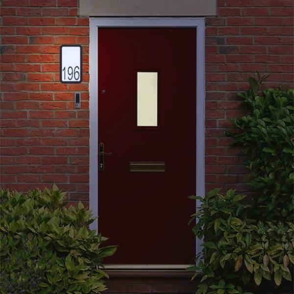 Huisnummer met wandlamp